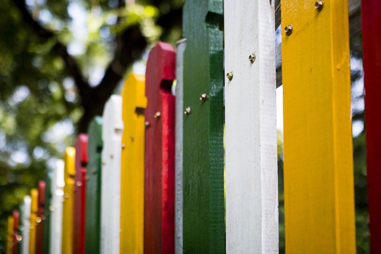 Pestrobarevný plot