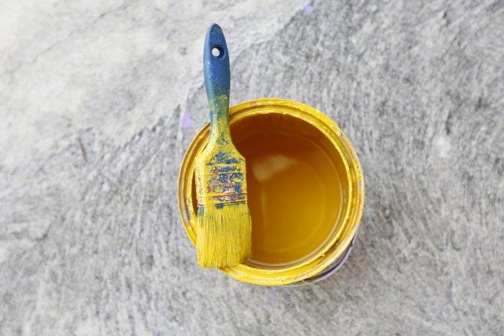 Plechovou střechu, okap nebo třeba kovový plot, to vše je nutné čas od času natřít. Víte jak?