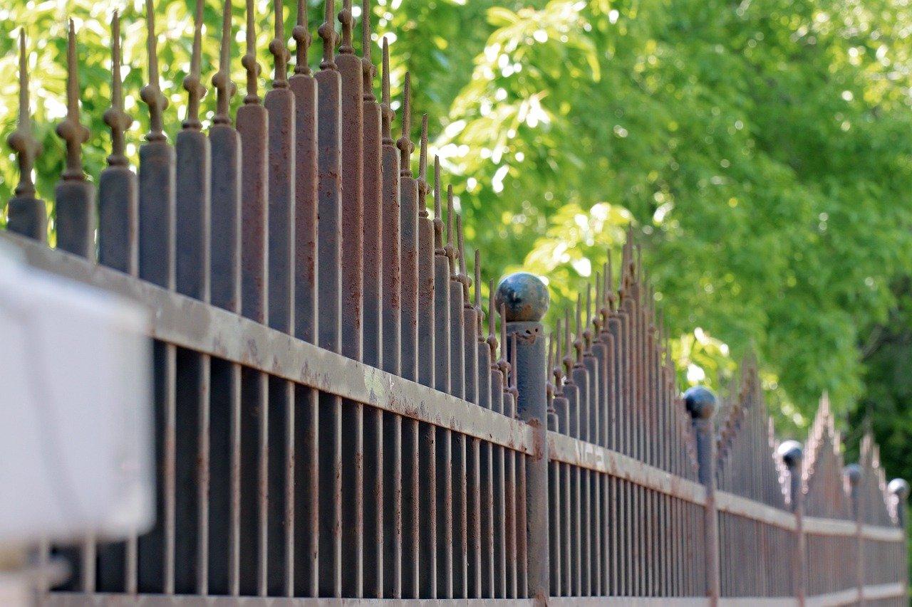 Kovový plot vyžaduje údržbu