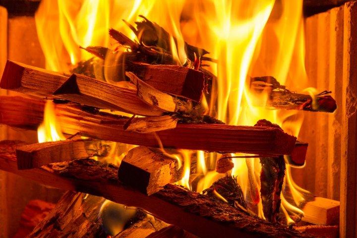 Topíte dřevem, uhlím nebo peletami a nevíte, jak poznat kvalitní otop? Poradíme vám!