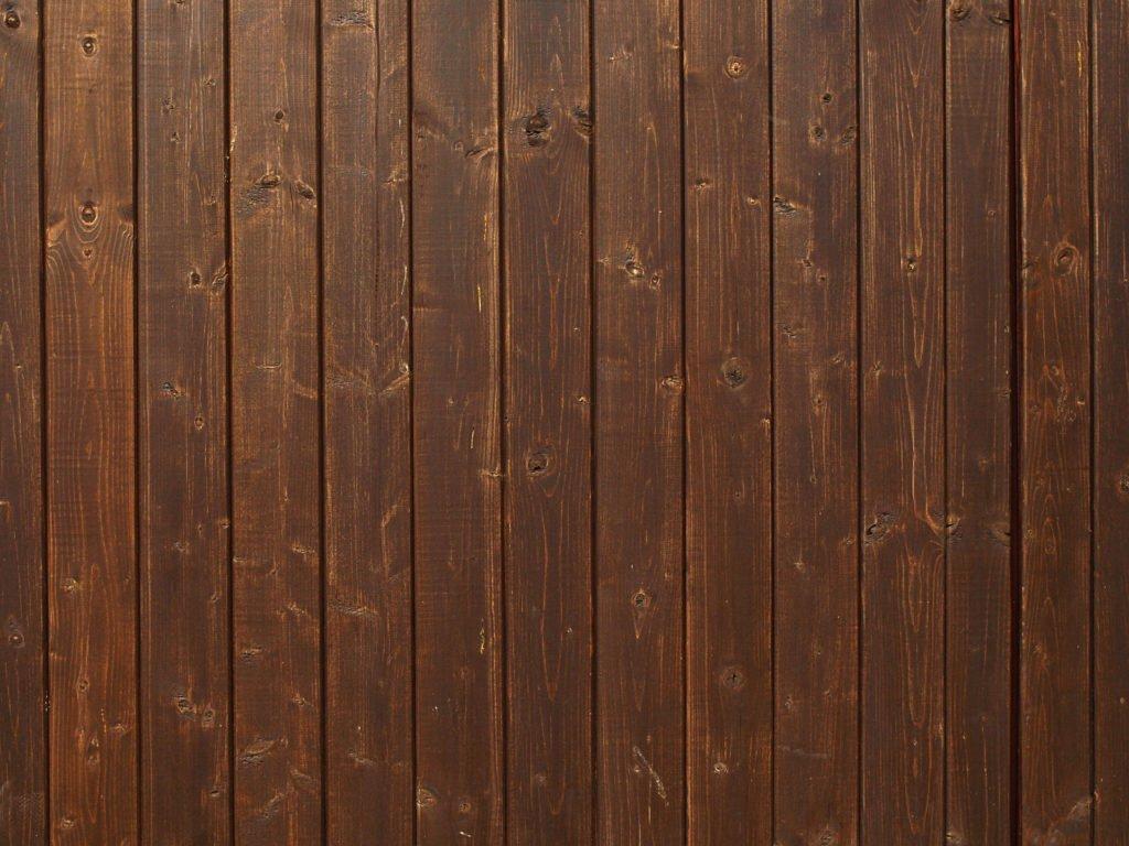Tmavě hnědé dřevo