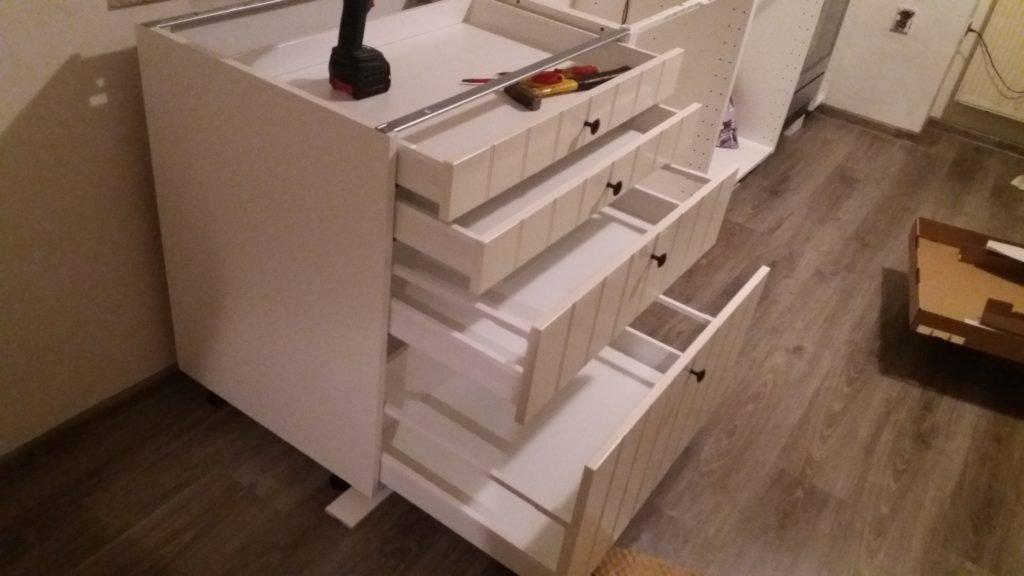 Úchytky, barvu dřeva, šířku, výšku i počet zásuvek si můžete navolit, jak chcete