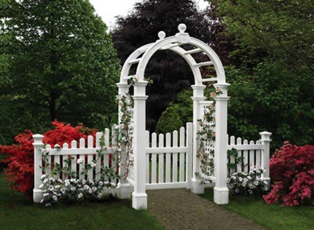 Bílá barva zahradu rozjasní
