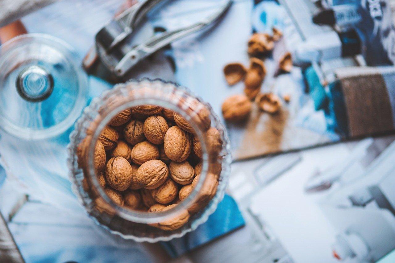Sklenice s ořechy