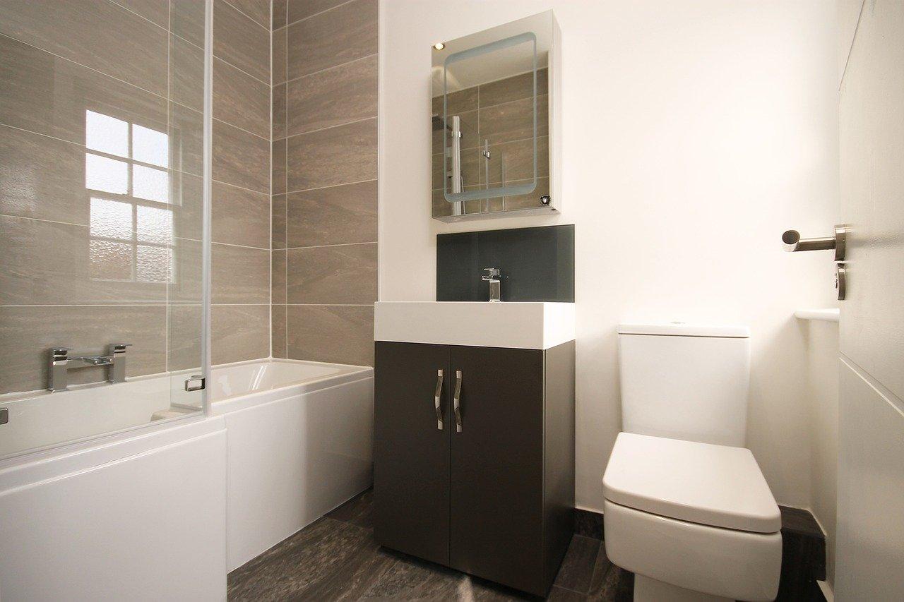I koupelně dominují světlejší odstíny