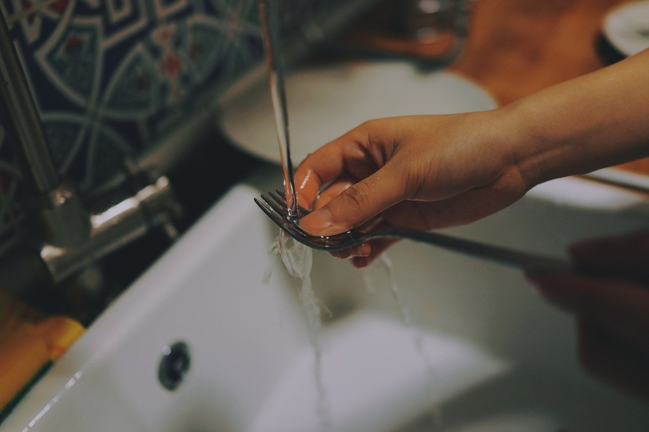 Ruční mytí nádobí je minulost