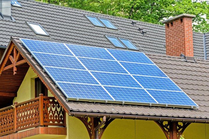 Domácí solární elektrárna může být cestou k nezávislosti. Co byste měli vědět, než si nějaké panely na střechu pořídíte?